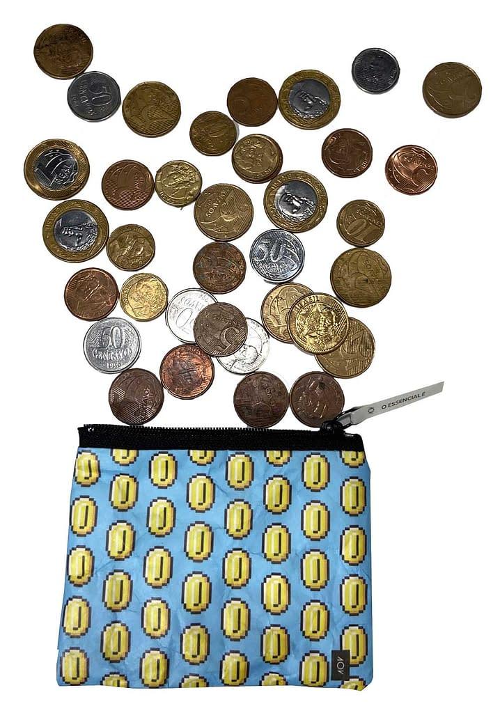 porta moedas moedinhas saindo fundo branco foto