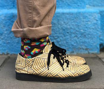 tênis linhas amarelas